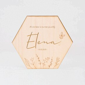 hexagonaal-houten-plaatje-met-naam-en-bloemetjes-gelaserd-TA05811-2100002-03-1