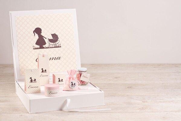 presentatiedoos-en-geboorteposters-in-retro-motief-met-meisje-en-kinderwagen-TA1573-1800101-03-1