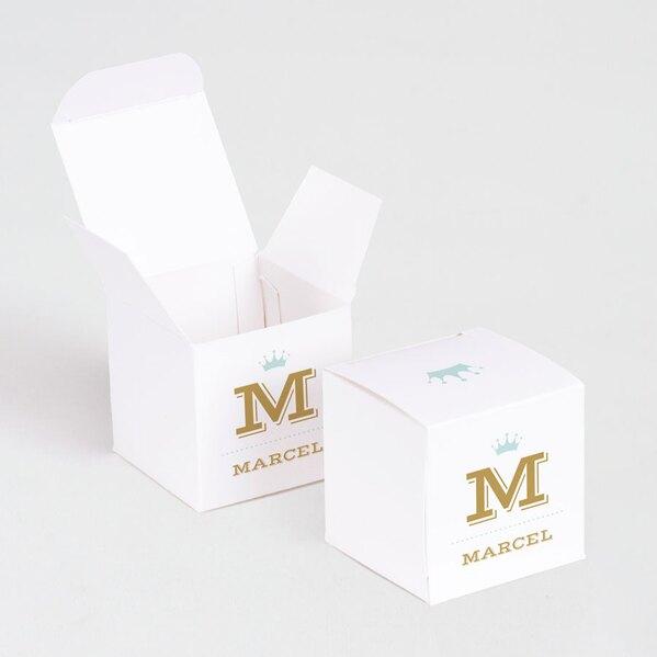 wit-kubusdoosje-met-initiaal-en-motiefje-voor-doopsuiker-TA1575-1700018-03-1